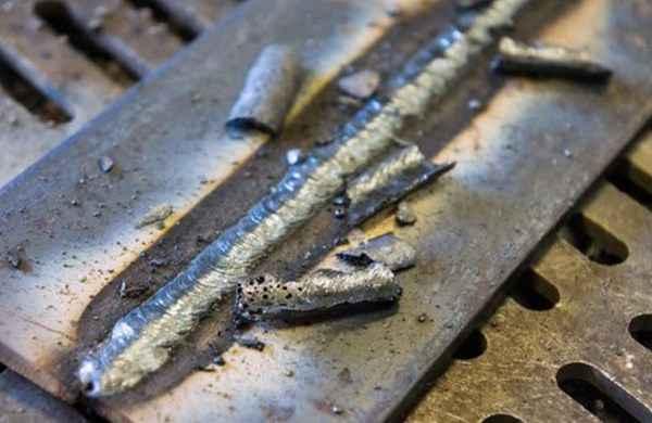 Много шлака при сварке электродами: причины, что делать?