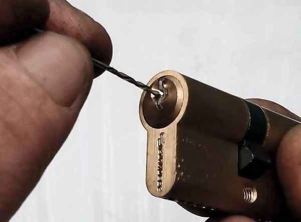 Извлечение ключа из замка методом сверления канавки