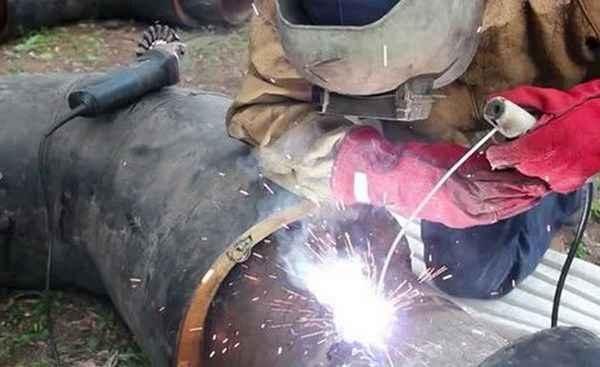 Как заварить протекающую трубу электросваркой